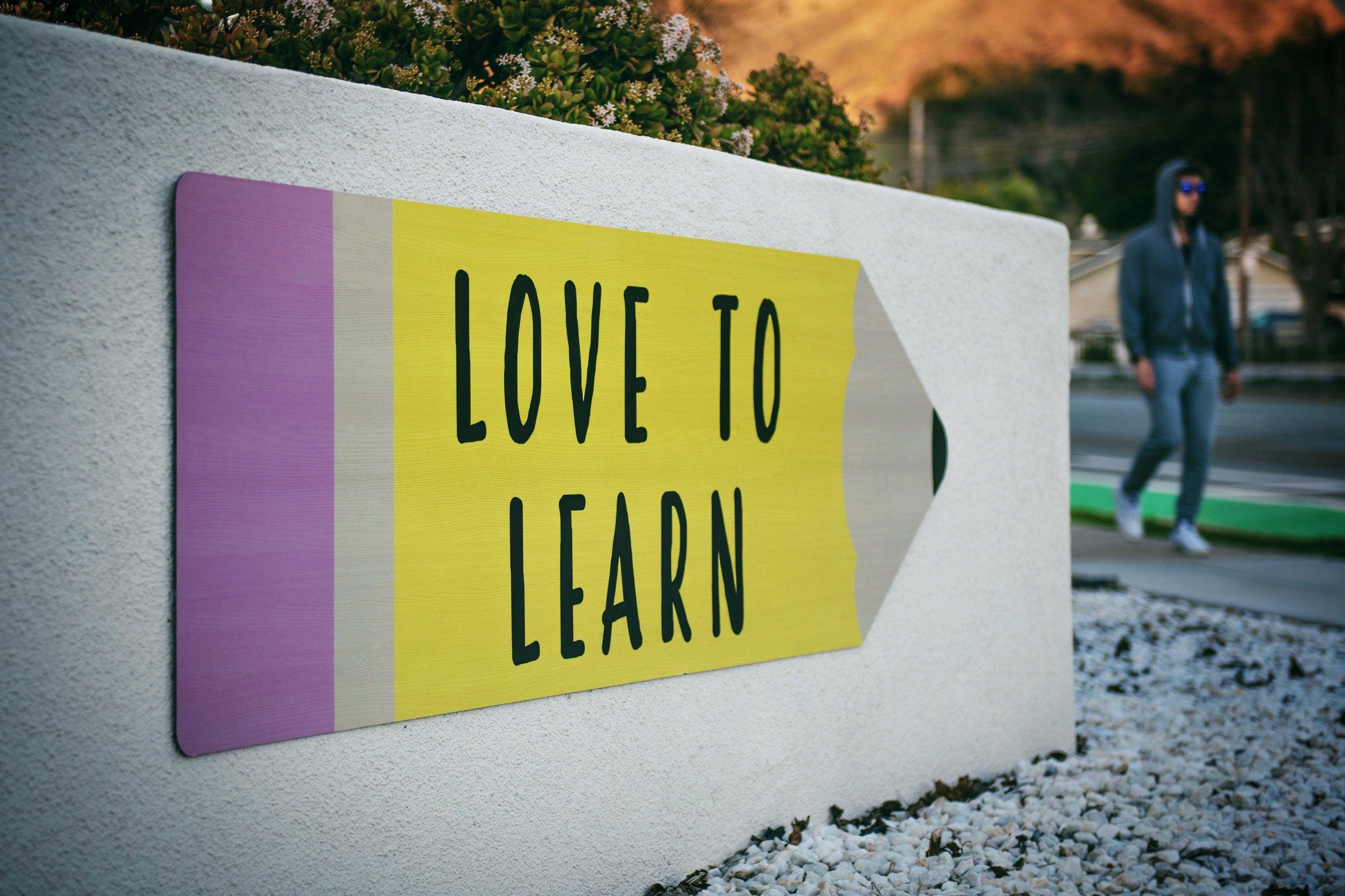 pancarte sur mur : love to learn