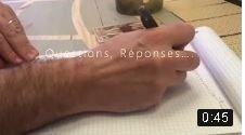 une main homme entrain écrire sur un block note