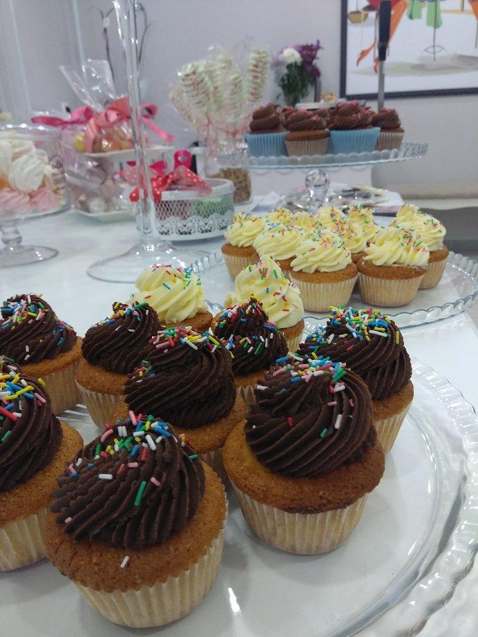 cup cakes με μαύρη σοκολάτα, Ζαχαροπλαστείο καλαμάτα madame charlotte, σοκολατάκια πάστες γλυκά τούρτες γεννεθλίων γάμου βάπτισης παιδικές θεματικές birthday theme party cake 2d 3d confectionery patisserie kalamata