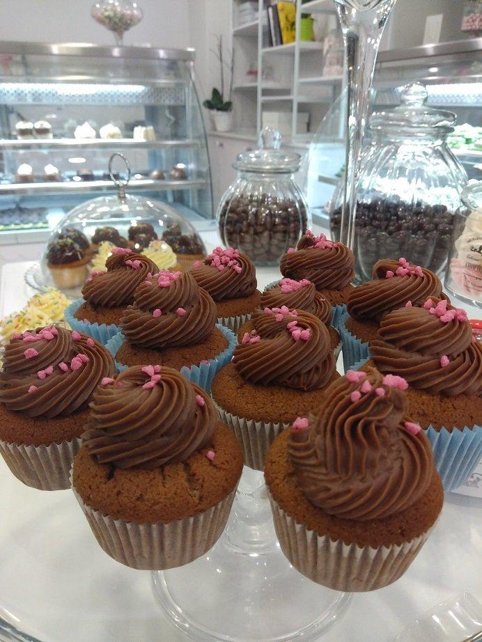 cup cakes με σοκολάτα γάλακτος, Ζαχαροπλαστεία Καλαμάτας madame charlotte, σοκολατάκια πάστες γλυκά τούρτες γεννεθλίων γάμου βάπτισης παιδικές θεματικές birthday theme party cake 2d 3d confectionery patisserie kalamata