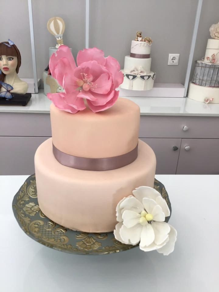 τούρτα γάμου δυοροφη από ζαχαρόπαστα με λουλούδια ζαχαρόπαστας, Ζαχαροπλαστειο καλαματα madame charlotte, wedding cakes kalamata