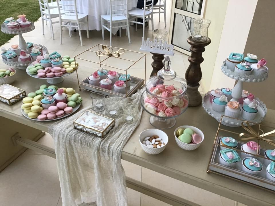 Μπουφέ Γάμου με cupcakes, macarons, μαρεγκάκια και κουφέτα, Εντυπωσιακό μπουφέ για τους καλεσμένους σας με διαφορετικές και νέες προτάσεις για να ενθουσιαστούν.  Γευστικά cup cakes με χειροποίητη διακόσμηση στο θέμα του γάμου. Πολύχρωμα macanons με διαφορετικές γευσεις που θα καταπλήξουν. Μαρεγκάκια(μπεζεδάκια) σε χρωματισμούς και γεύση που θα συναρπάσουν. Τραγανά κουφέτακια με διαφορετική γέμιση και εμφάνιση που δε θα περάσουν απαρατήρητα. Ζαχαροπλαστειο καλαματα madame charlotte, wedding cakes kalamata