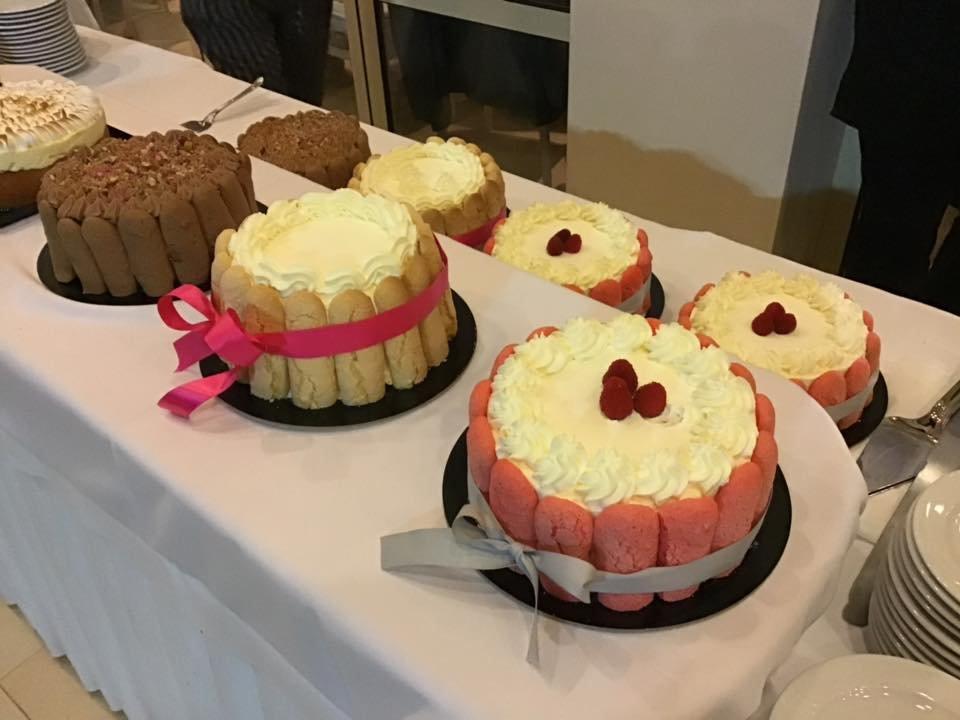 Μπουφέ Γάμου με τούρτες Σαρλότ, cup cake, macaron, μαρέγκα και κουφέτα, Εντυπωσιακό μπουφέ για τους καλεσμένους σας με διαφορετικές και νέες προτάσεις για να ενθουσιαστούν.  Γευστικά cup cakes με χειροποίητη διακόσμηση στο θέμα του γάμου. Πολύχρωμα macanons με διαφορετικές γευσεις που θα καταπλήξουν. Μαρεγκάκια(μπεζεδάκια) σε χρωματισμούς και γεύση που θα συναρπάσουν. Τραγανά κουφέτακια με διαφορετική γέμιση και εμφάνιση που δε θα περάσουν απαρατήρητα. Ζαχαροπλαστειο καλαματα madame charlotte, wedding cakes kalamata