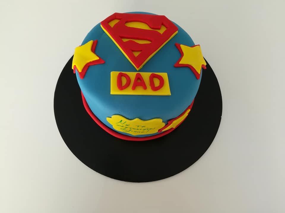 τούρτα από ζαχαρόπαστα super dad σούπερ καλύτερος πατέρας μπαμπάς, Ζαχαροπλαστείο καλαμάτα madame charlotte, τουρτες παρτι παιδικες γενεθλιων για αγόρια για κορίτσια για μεγάλους madamecharlotte.gr birthday cakes patisserie confectionery kalamata