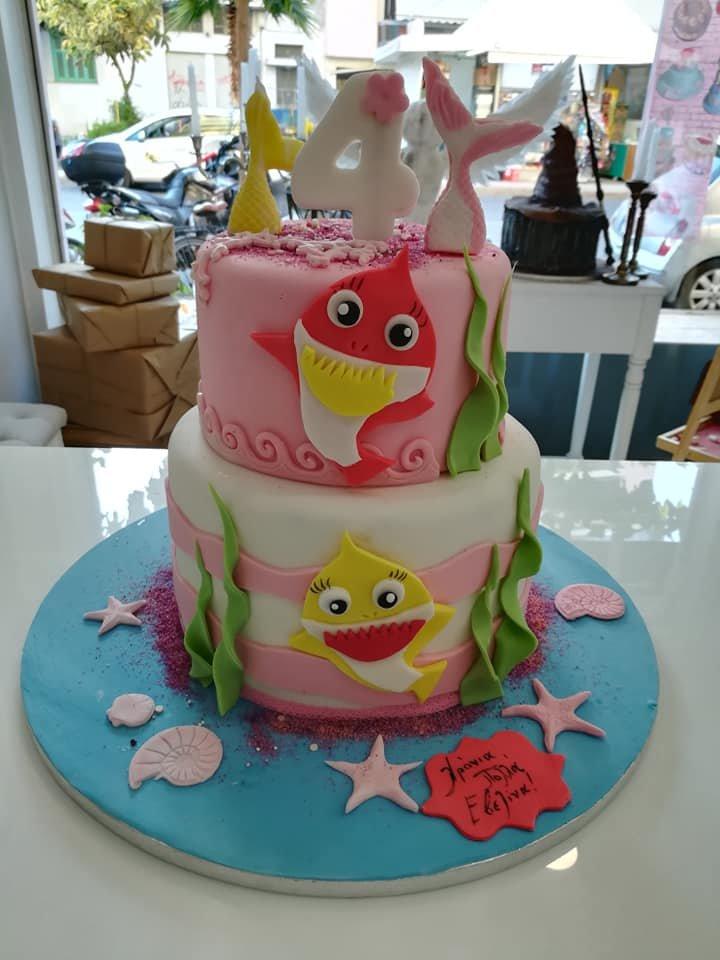 τούρτα από ζαχαρόπαστα baby shark 2όροφη, Ζαχαροπλαστείο καλαμάτα madame charlotte, τουρτες παρτι παιδικες γενεθλιων για αγόρια για κορίτσια για μεγάλους madamecharlotte.gr birthday cakes patisserie confectionery kalamata