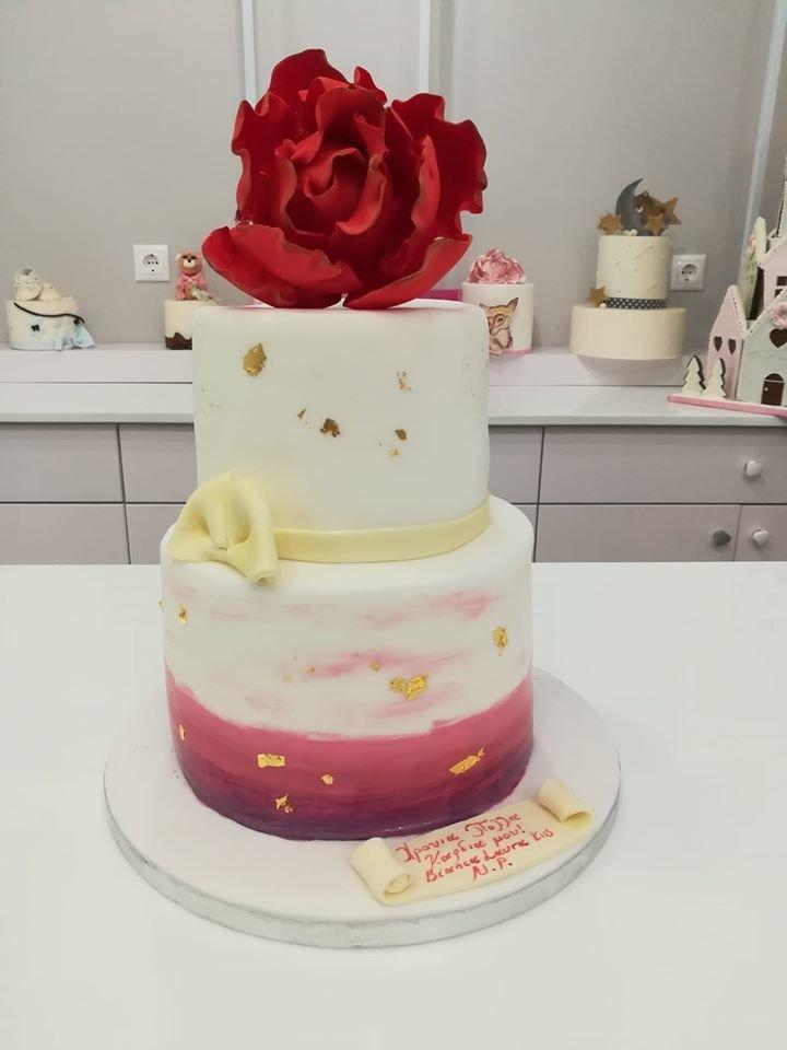 τούρτα από ζαχαρόπαστα Red rose cake με φυλλο χρυσού, Ζαχαροπλαστείο καλαμάτα madame charlotte, τουρτες παρτι παιδικες γενεθλίων για αγόρια για κορίτσια για μεγάλους madamecharlotte.gr birthday theme cakes patisserie confectionery kalamata