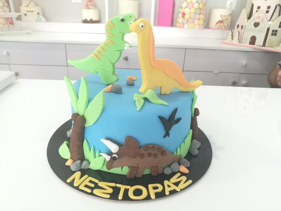 τούρτα από ζαχαρόπαστα δεινόσαυρο, dynasaur themed cake, Ζαχαροπλαστεία στη Καλαμάτα madame charlotte, τούρτες γεννεθλίων γάμου βάπτησης παιδικές θεματικές birthday theme party cake 2d 3d confectionery patisserie kalamata