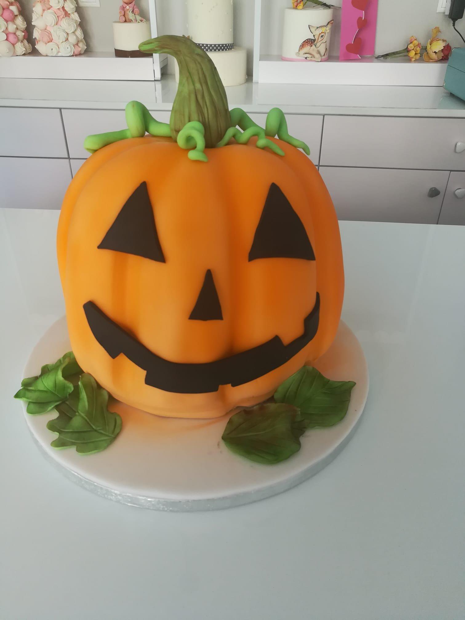 τούρτα από ζαχαρόπαστα αποκριατικη κολοκύθα, halloween pumpkin themed cake, Ζαχαροπλαστεία στη Καλαμάτα madame charlotte, τούρτες γεννεθλίων γάμου βάπτησης παιδικές θεματικές birthday theme party cake 2d 3d confectionery patisserie kalamata
