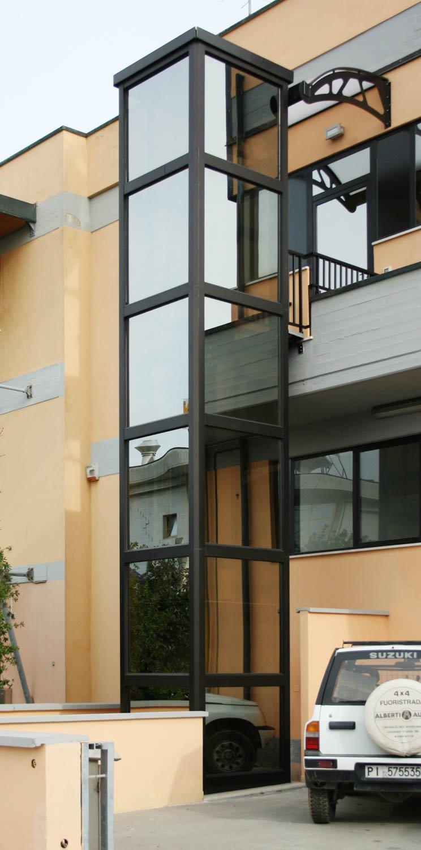 winda do domu jednorodzinnego - zewnętrzny szyb stalowa konstrukcja malowana proszkowo CZARNA
