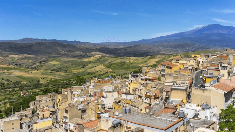 Localizado no sopé do vulcão Etna, ele procura revitalizar seu bairro mais antigo.  É uma das cidades com mais habitantes: cerca de 7 mil (Shutterstock)