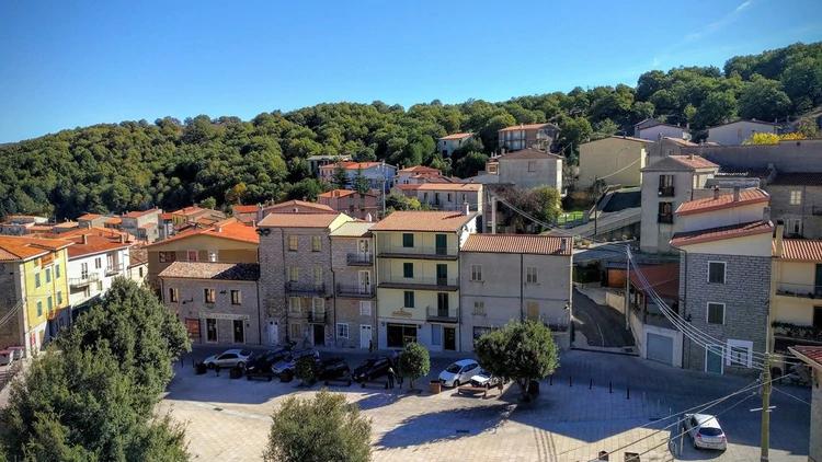 A maioria de suas casas é construída em pedras e com telhados (Comune di Ollolai)