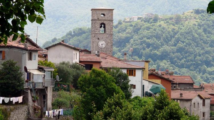 É uma cidade italiana na província de Lucca, região da Toscana, com menos de 800 habitantes (Wikipedia)