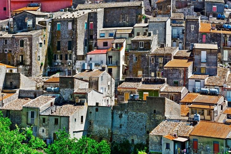 Oferece uma vista magnífica sobre o Mediterrâneo, localizado a 700 metros acima do mar (Shutterstock.com)