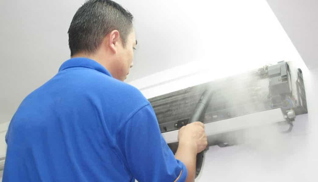 فنى اثناء تنظيف مكيف الهواء الاسبليت