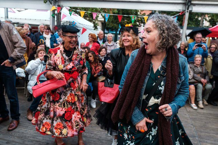 De tijd van toen brengt het beste in deze dames naar boven. Het traditionele Bal van de Bevrijding slingerde de Antwerpse Groenplaats terug naar 1944.
