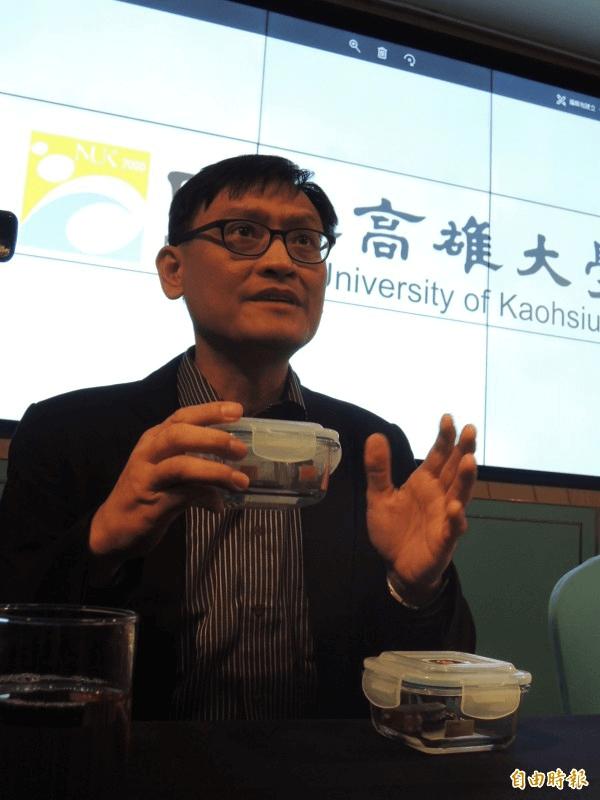 化學系教授鐘宜璋創非接觸式感測,不會有2次污染疑慮。(記者蔡清華攝)