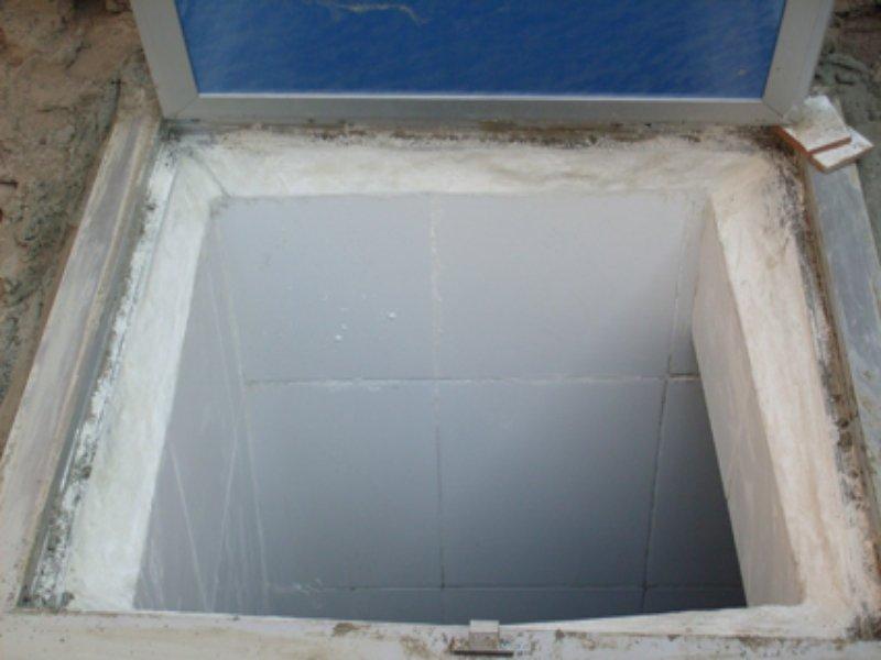وضع الكلور في خزان المياه