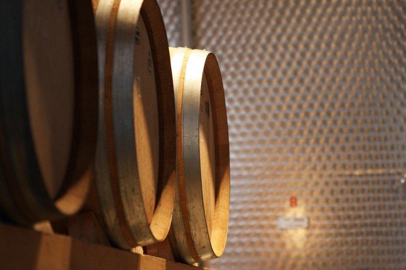 Barriques de vin chez Martin Wolfer