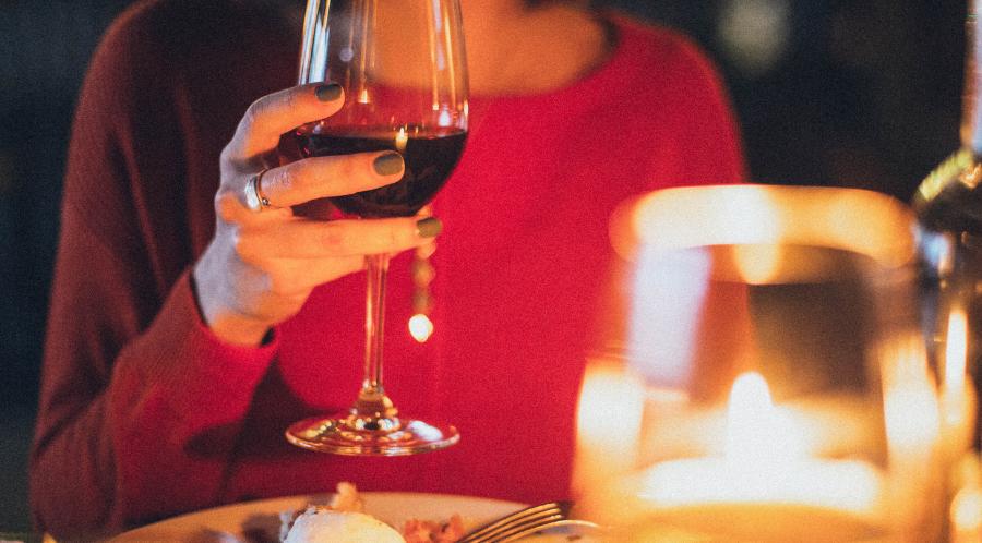 Un verre de vin rouge en accompagnement