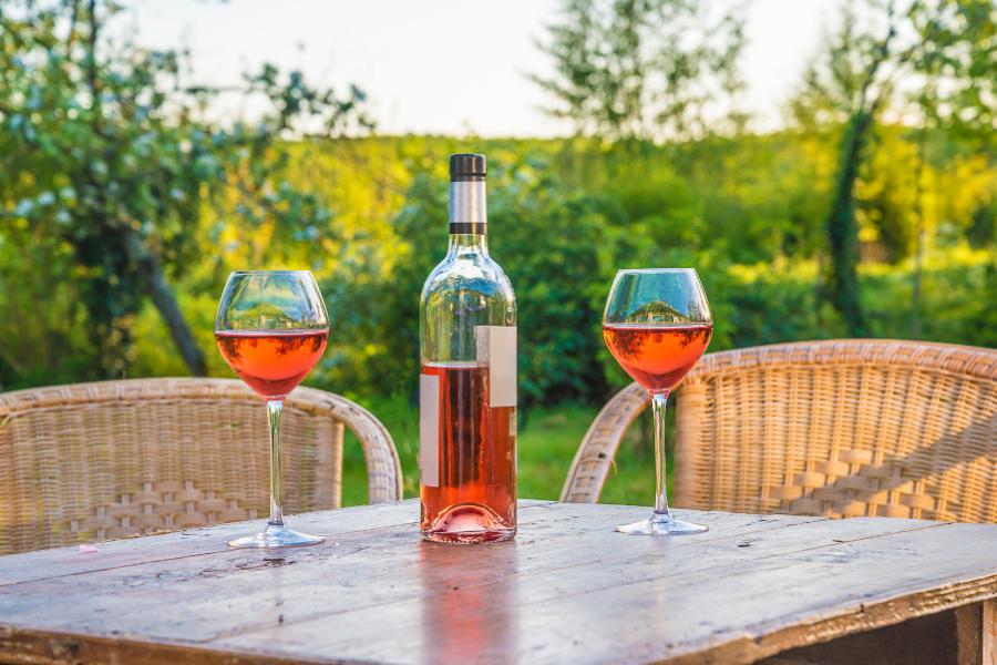 Bouteille et verres de vin orange