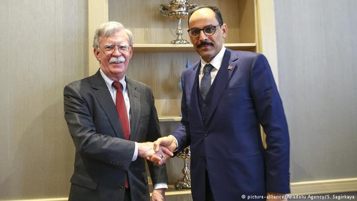Türkei Ankara John Bolton, Sicherheitsberater von US-Präsident Trump mit Ibrahim Kalin (picture-alliance/Anadolu Agency/S. Sagirkaya)