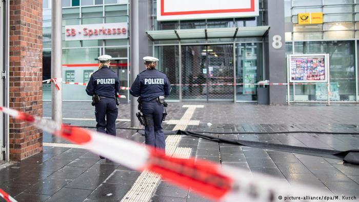 Deutschland Mann fährt in Fußgängergruppe (picture-alliance/dpa/M. Kusch)