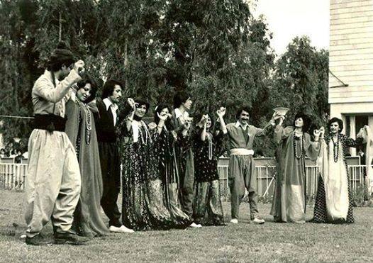 ربما تحتوي الصورة على: ٢ شخصان، وأشخاص يقفون، وزفاف، وحشد ونشاطات في أماكن مفتوحة