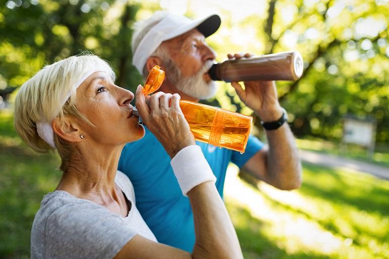 זוג שותה מים לאחר פעילות גופנית מבקבוקים רב פעמיים