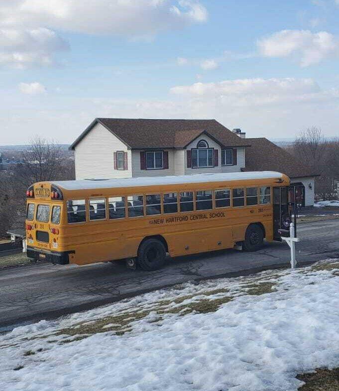 אוטובוס צהוב מביא את אביגיל בחזרה מבית הספר