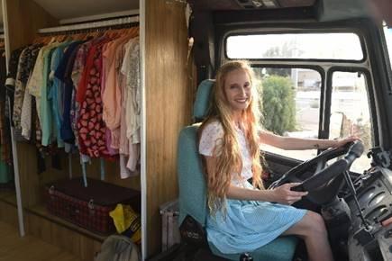 נגה סדן, על אופנה וקיימות, אוטובוס חנות יד שניה, בגדים יד שניה ווינטג', יזמות בבאר שבע, קיימות ואופנה, הבלוג חמש שקל, חיתולי בד בבאר שבע והדרום
