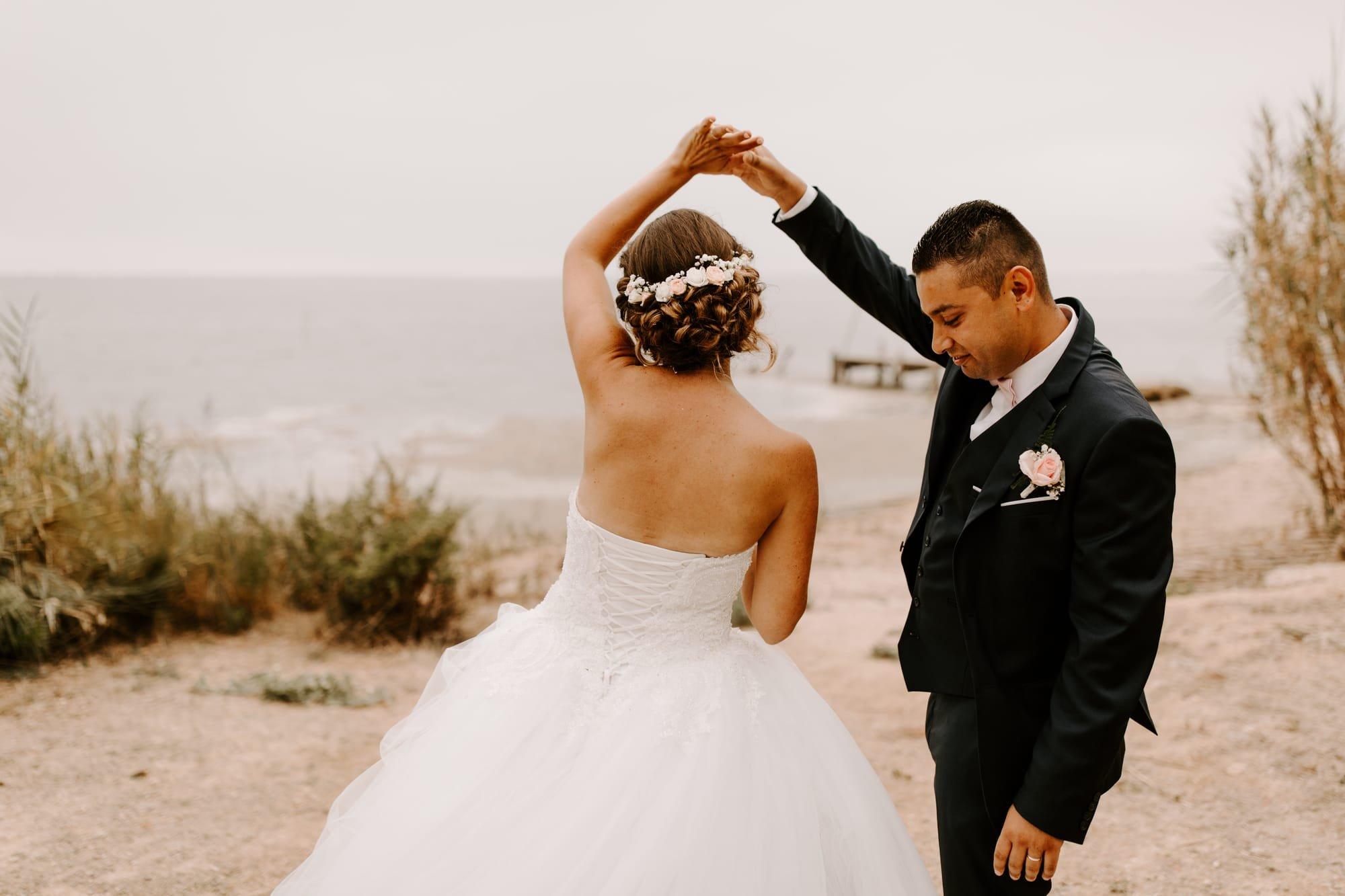 Mariés qui dansent sur le sable au Domaine des Moure