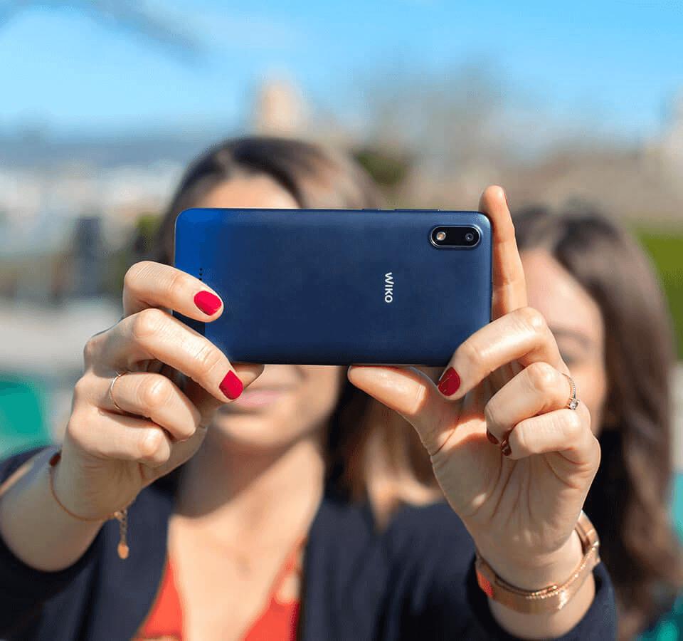 Ragazze che si scattano un selfie con Y60.