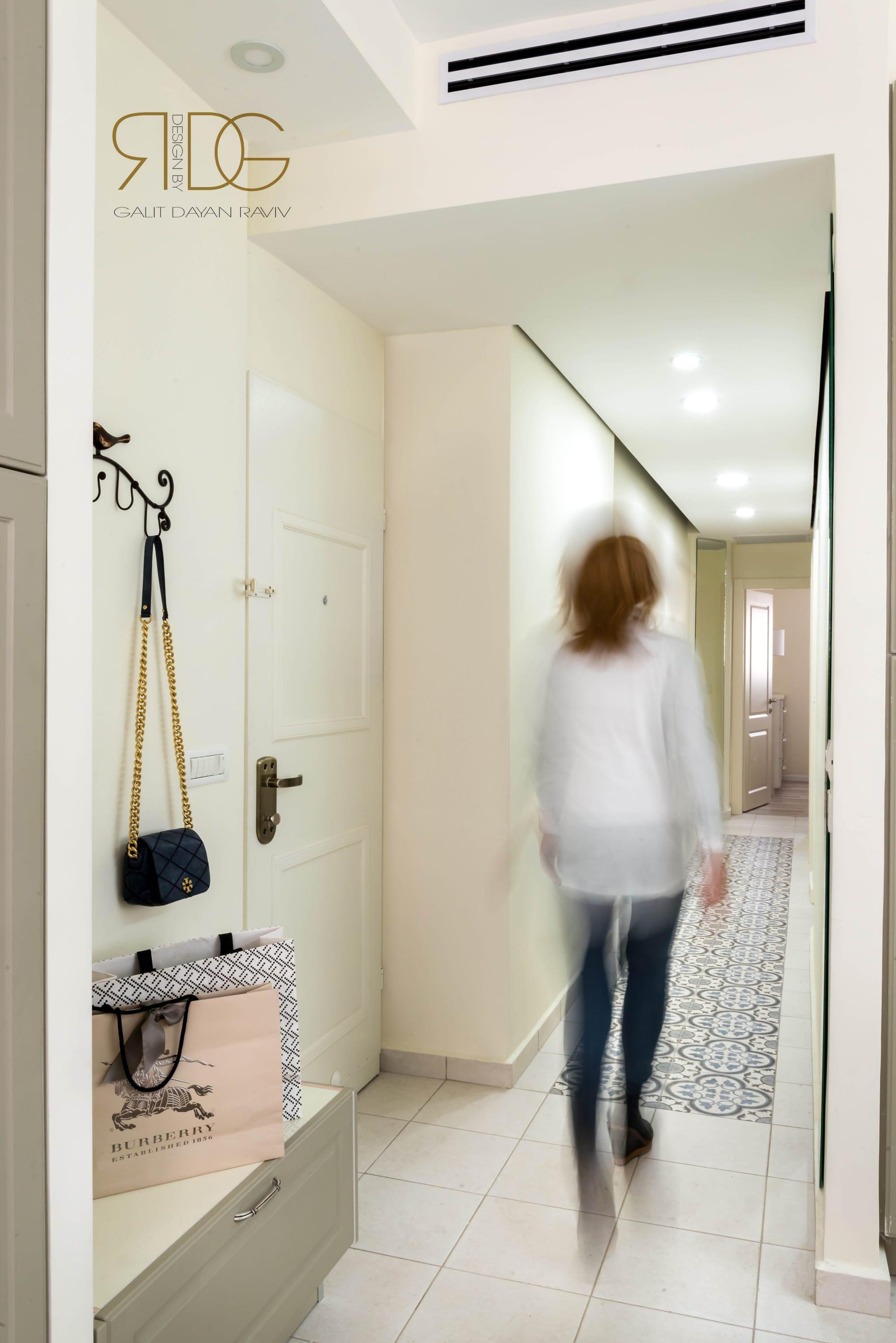 דלת הכניסה שודרגה ולידה עוצב ספסל לחליצת נעליים
