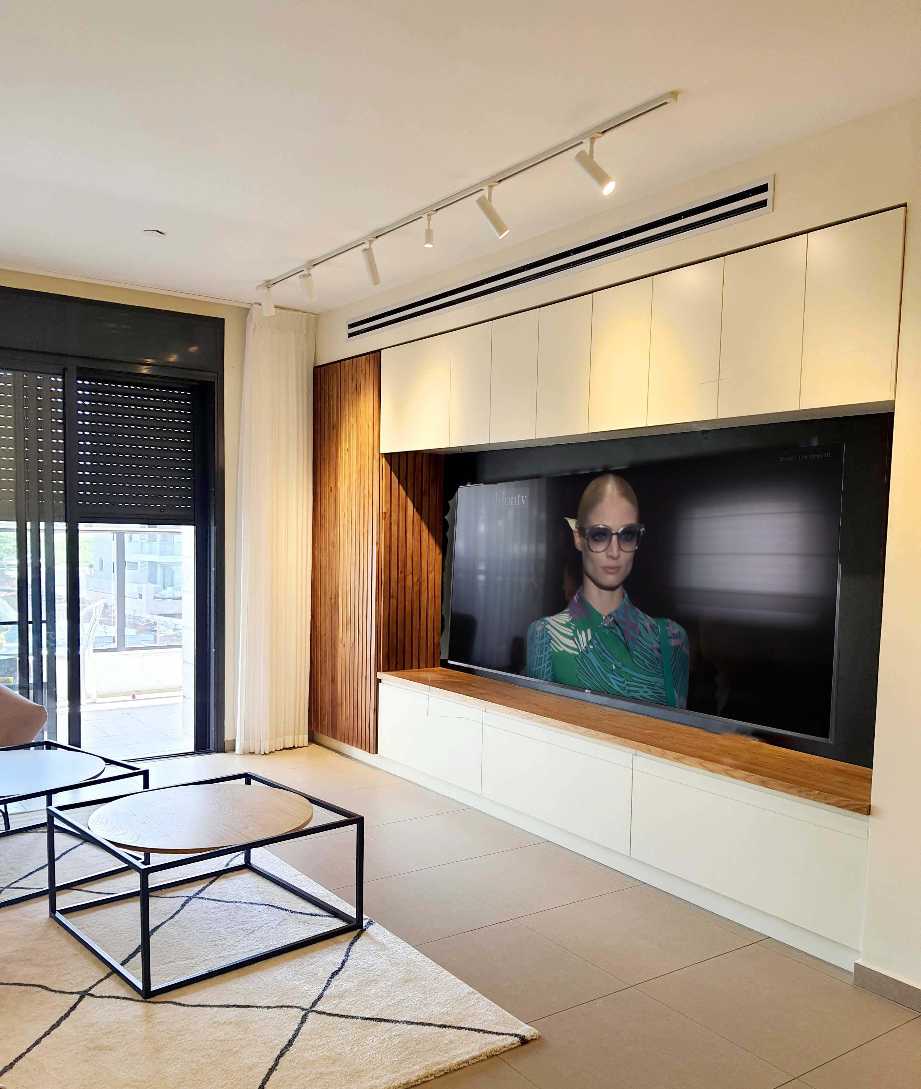 קיר טלויזיה עם סרגלי עץ