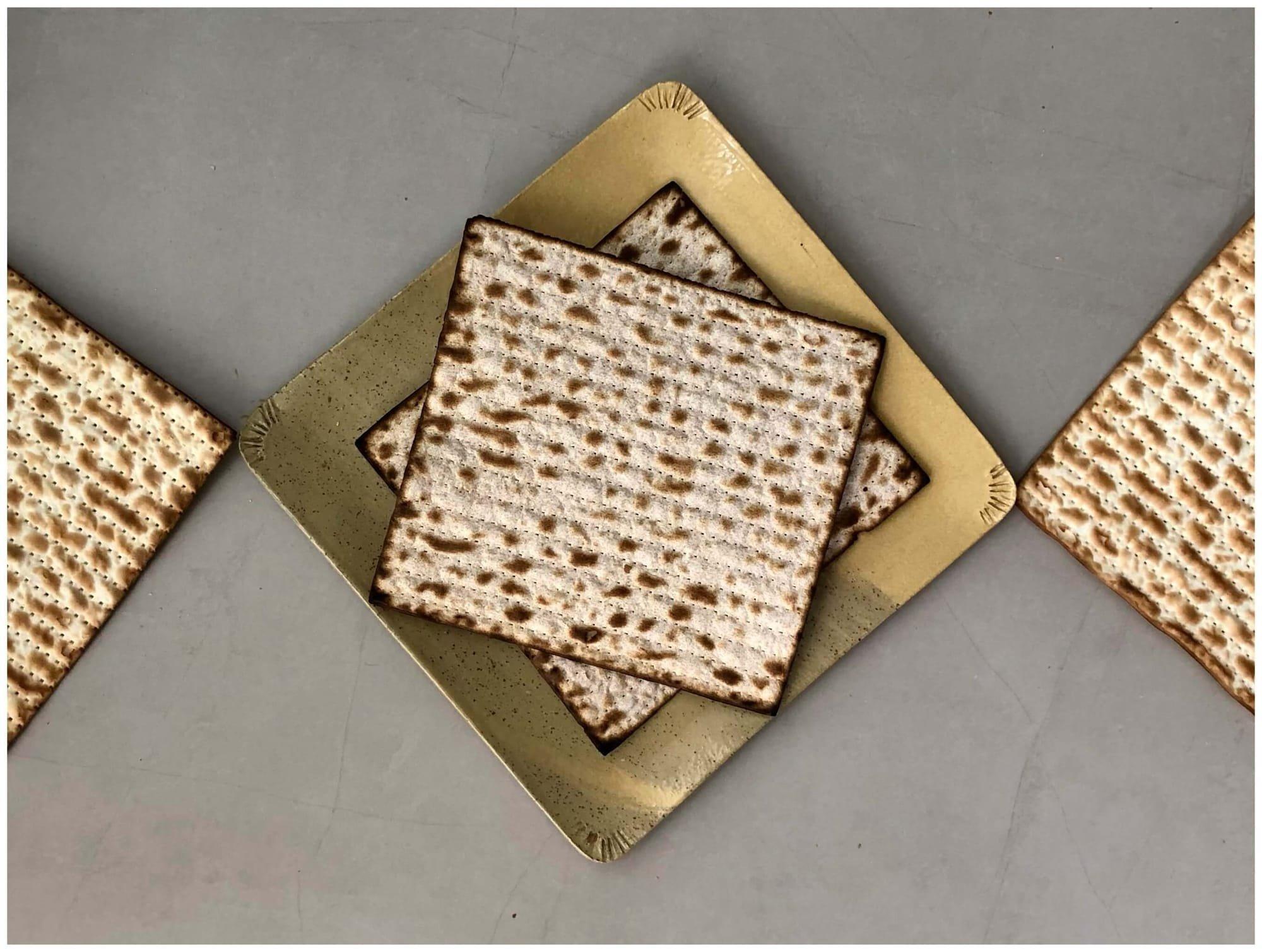 דינה גולני, דינגו קרמיקה בעבודת יד, מגש מרובע ביג לסושי, לחם חם, צלחת מצות לפסח