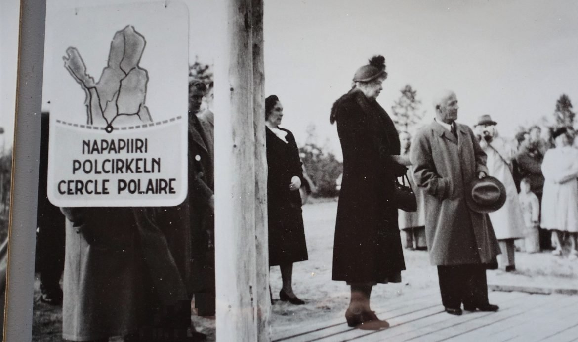 https://www.visitrovaniemi.fi/wp-content/uploads/Eleanor-Roosevelt-and-Uuno-Hannula-at-the-Arctic-Circle-in-Rovaniemi-Lapland-Finland-900x505.jpg