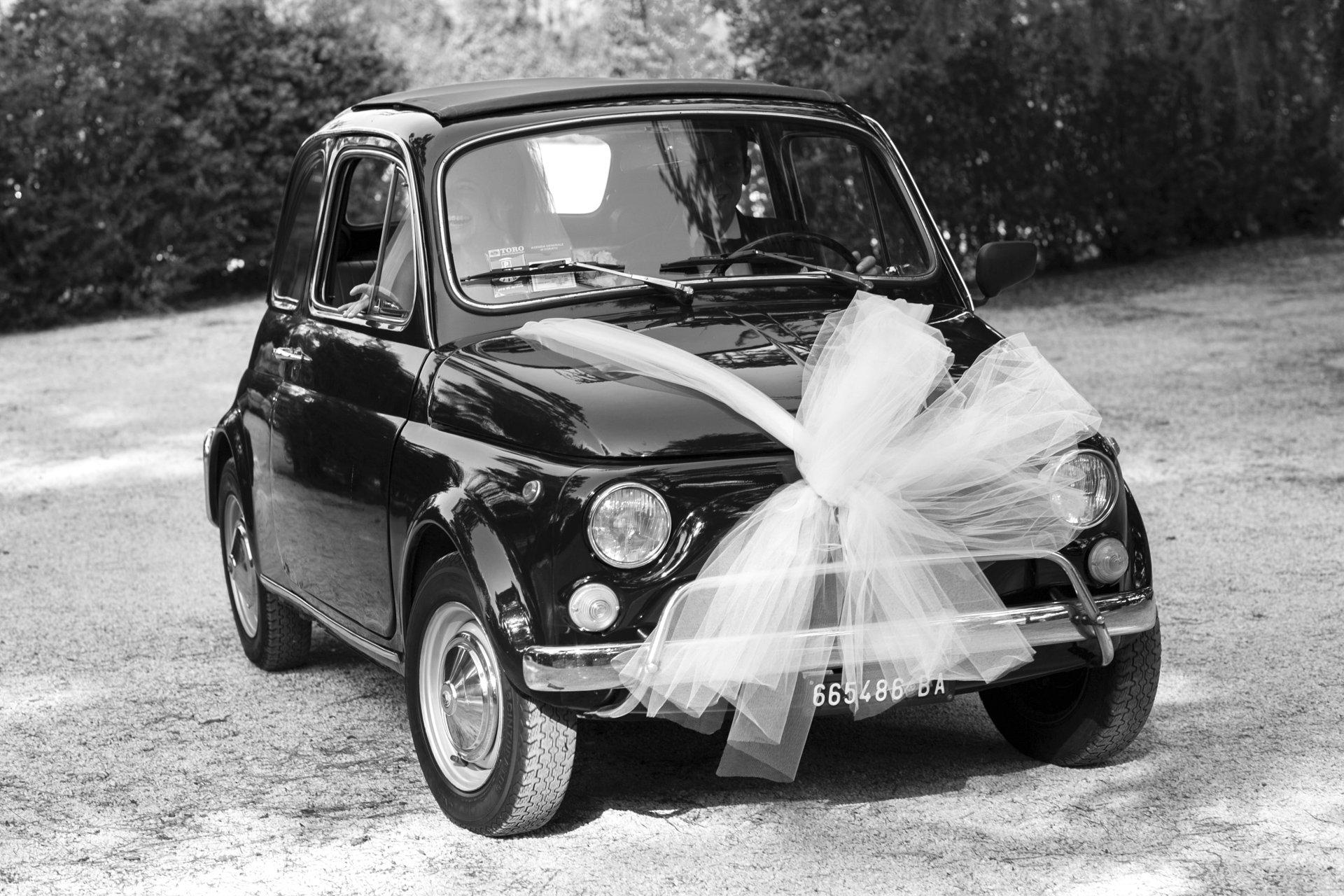 the bride arriving on vintage fiat 500